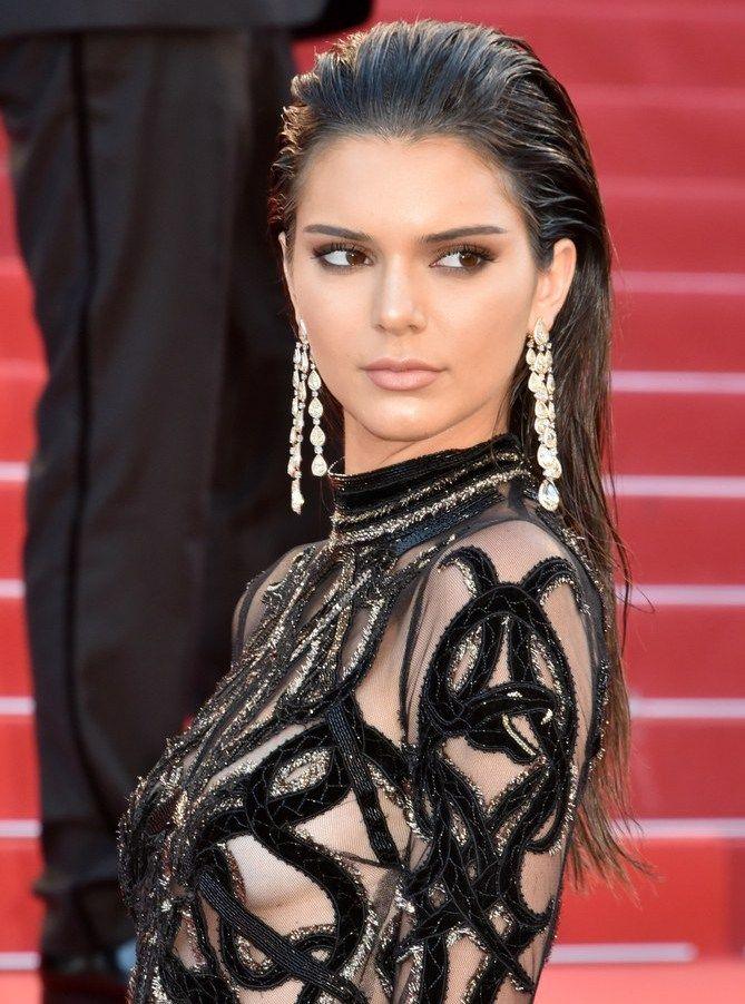 Amando muito esse visual cabelo todo pra trás - pode ser com textura molhada, como a Kendall Jenner na foto, ou seco mesmo... Fica super cool e é uma das tendencinhas de red carpet do momento
