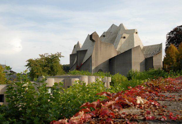 Jednym z najbardziej znanych betonowych kościołów XX wieku jest dzieło mistrza modernizmu Le Corbusiera - kaplica w Ronchamp. Jednak mało kto wie, że w latach 60. powstał także inny zaskakujący budynek sakralny, który swym kształtem przypomina betonowy monolit. To kościół pielgrzymkowy Nevigeser Wallfahrtsdom. Znajduje się w pobliżu Kolonii i powstał według projektu Gottfrieda Böhma