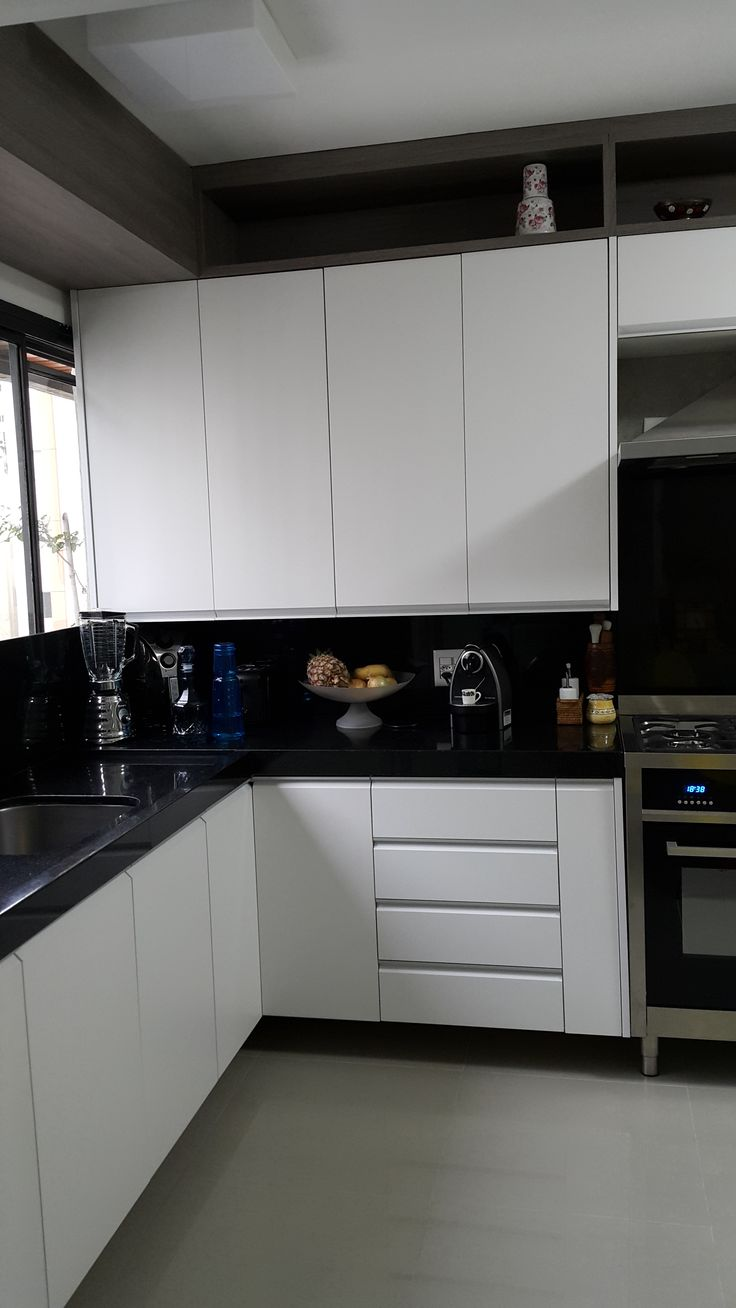 4 cozinha preto e branco geladeira ao lado da pia cimento for Modelos de pisos de granito
