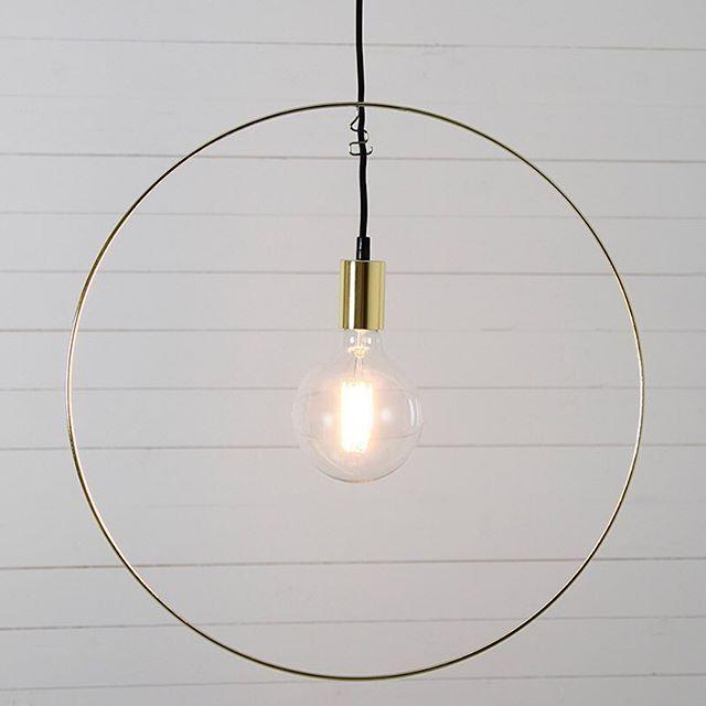 Efter mycket sökande och funderande har jag nog äntligen hittat en fönsterlampa som kommer passa i våra stora fönster ✨