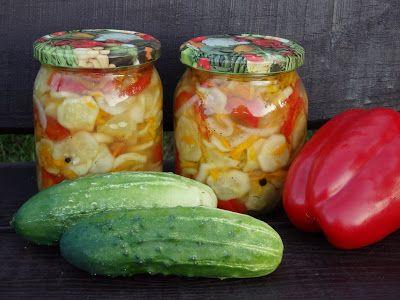 Monia miesza i gotuje: Ogórkowa sałatka z marchewką, cebulą i papryką