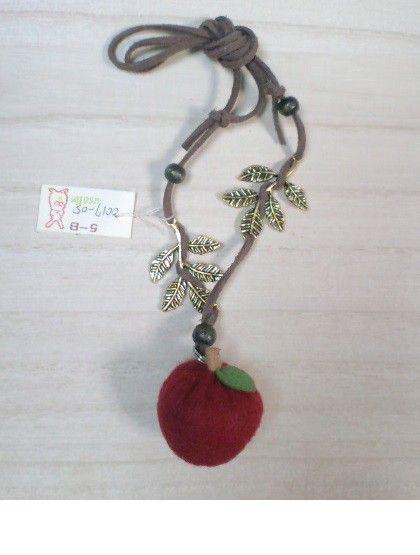 フェルトでできた硬めのりんごのネックレス。葉っぱやネックレスの長さはご自分で調節できます水色のダンガリーなどのワンピースに合うと思います約15g注:アンジュー...|ハンドメイド、手作り、手仕事品の通販・販売・購入ならCreema。