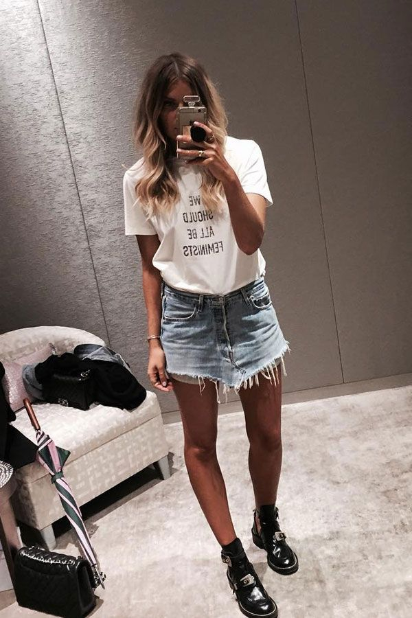 Elle Ferguson investiu em maxi t-shirt e saia jeans.