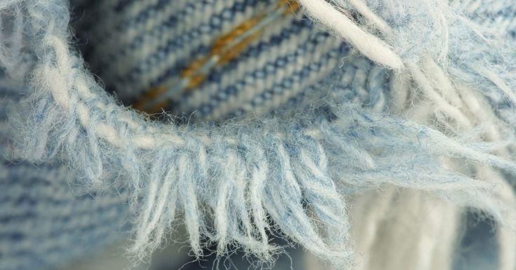 Cómo arreglar vaqueros rasgados sin utilizar una máquina de coser . Los vaqueros rasgados han sido diseñados y vendidos en almacenes desde que la imagen atormentada se ha convertido en el último grito de la moda. Pero si eres de los que no les gusta llevar su ropa desgarrada, querrás arreglar tus vaqueros rasgados sin el uso de una máquina de coser. Reparar tus pantalones con una máquina de coser se vuelve una ...