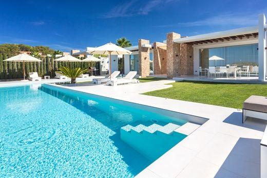Esta exclusiva villa bungalow está situado en una de las más bellas residencias…