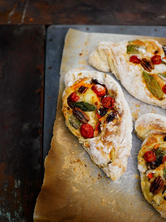 Muistatko legendaariset pizzapatongit 90-luvulta? Retroherkun modernissa versiossa on kirsikkatomaatteja ja mozzarellaa.