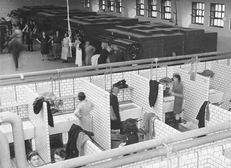 Openbaar washuis in de Valkenburgerstraat, 27 november 1946 Foto Ben van Meerendonk