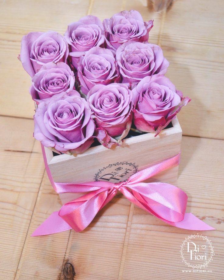 Lila rózsák dobozban