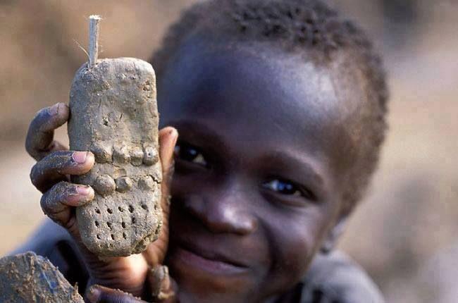Afrika'da onlar için ulaşılması zor bir telefonun   çamurdan yapılmış halinin mutluluğu bile bir başka .
