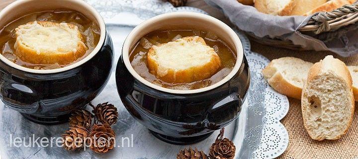 Heerlijk en makkelijk recept voor uiensoep met stokbrood met gesmolten kaas