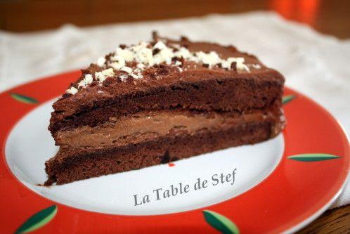 Il vous faut : 150 g de chocolat noir 150 g de chocolat au lait 120 g de sucre en poudre 75 g de farine 25 g de cacao amer 10 cl de café fort 7 œufs + 1 blanc 30 cl de crème liquide 40 g de beurre + 10 g Confectionnez la Génoise. Préchauffer le four à...