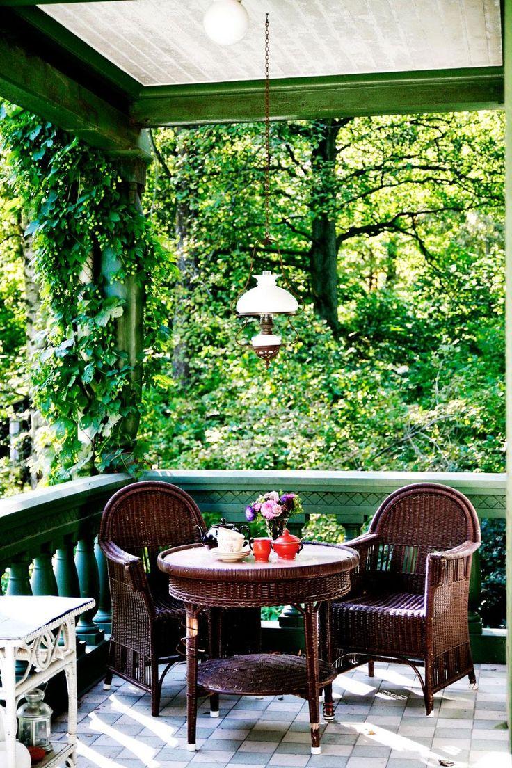 ℰᏁ ᎮℛᎯKTℱUℒℒ ᎦℰKℰℒᎦKℐℱTℰᎦⅅℛÖℳ: I stället för en traditionell svensk glasveranda har Villa Augusta en öppen veranda med fint formade pelare som för tankarna till Schweiz eller Norditalien.