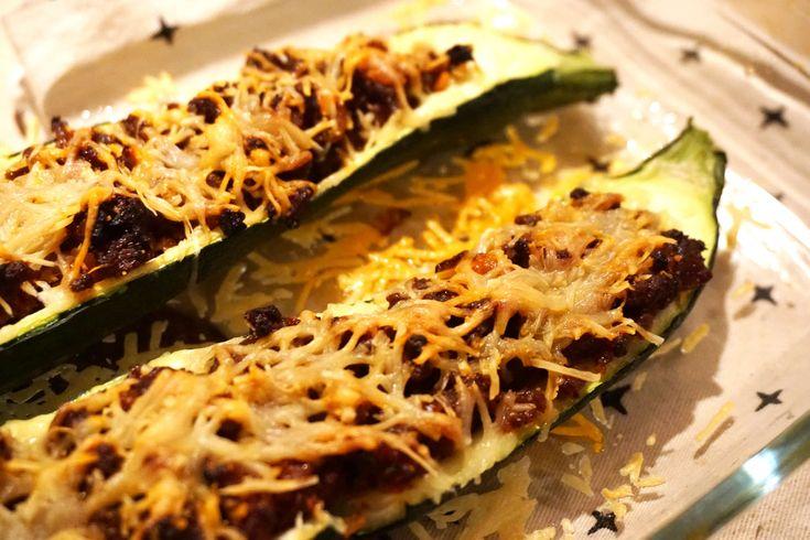 Hier isweer een nieuw gezond recept voor jullie: de Courgette Boten. Af en toe hebben wij zin om koolhydraat arm te eten. Geen aardappels, pasta, rijst of brood. Vervang dande koolhydraten door veel groente of vul een groente (denk aan courgette, aubergine of paprika) met vlees, kaas of vis. Dit keer heb is een courgette...
