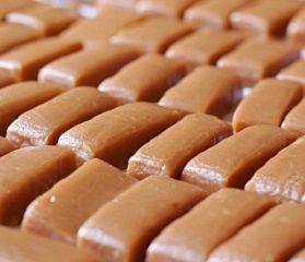 Le caramelle mou morbide o dure sono un prodotto dolciario a base di zucchero, latte o la panna. Qui la ricetta delle caramelle mou fatte in casa. Conosciute anche come toffee le caramelle mou si preparano in modo facile ma dove prestare particolare attenzione a tutto il procedimento e la preparazione. Infatti bisogna utilizzare utilizzare un tegame di rame per sciogliere lo zucchero in modo che non si attacchi sul fondo e poi bisogna avere gli appositi stampini per caramelle in silicone in…