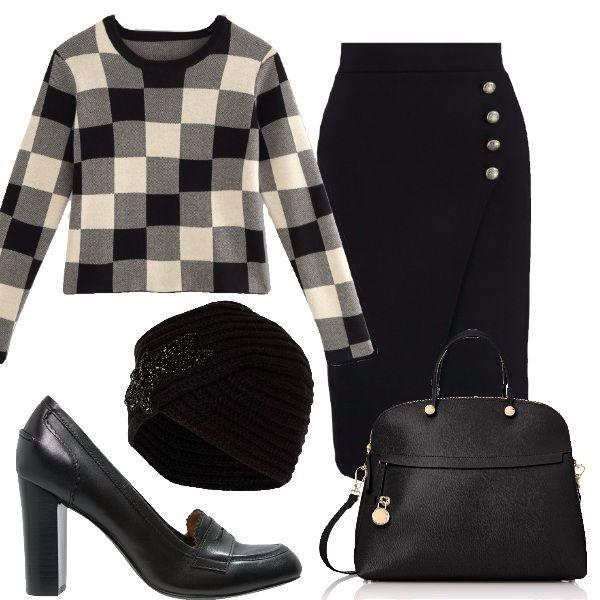 Questo particolare maglioncino a scacchi è perfetto per il lavoro. Il resto del look è formato da una gonna a tubino con bottoni laterali, un paio di mocassini alti, una borsa a mano e un berretto in lana con applicazioni.