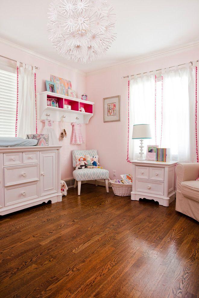 Шторы в детскую комнату девочки: все нюансы выбора и 45+ вдохновляющих реализаций в интерьере http://happymodern.ru/shtory-v-detskuyu-dlya-devochki-vse-nyuansy-vybora-43-foto/ Светлые прозрачные шторы с бахромой шариками для детской комнаты маленькой девочки. Все оформление выполнено в белом и нежно-розовом цвете, за исключением среднего тона паркетных досок