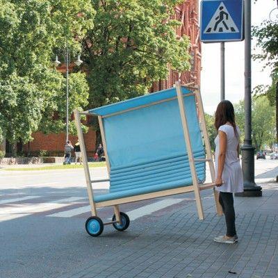 Interesujący przenośny mebel miejski prezentowany dzisiaj to sofa wykonana przez litewską studentkę wileńskiej Akademii Sztuk Pięknych -  Živilė Lukšytė. http://www.sztuka-krajobrazu.pl/559/slajdy/mebel-miejski-ndash-przenosna-sofa