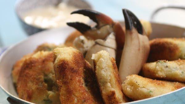 Recette avec instructions en vidéo: Des palets à base de crabe accompagnés par une mayonnaise sans huile ! Parfait pour l'apéro.  Ingrédients: 500g de pomme de terre écrasés, 1 boite de chair de crabe soit 120g de chair égoutté, 1/2 botte de persil plat, 1/2 oignon, 1 blanc d'oeuf, 2 oeufs, Farine , Chapelure, Huile d'olive, Sel, Poivre