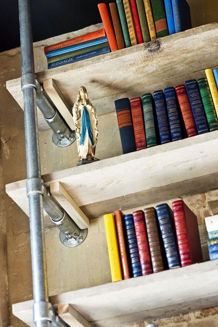 Boekenplanken van steigerhout en steigerpijpen #kapsalon #steigerhout #steigerpijp