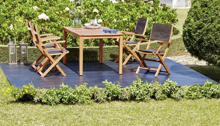 Pranzul in aer liber? O idee minunată pentru zilele de vară! Cu scaunele pliabile MORA din lemn de esență tare, nu mai aveți nevoie decât să pregătiți grătarul, salatele și sucul. | JYSK