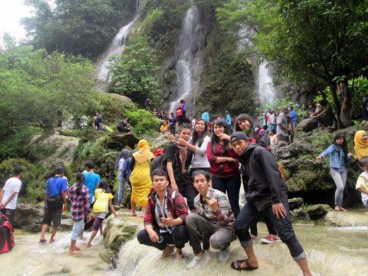 Foto bersama-sama di wisata Air Terjun Sri Gethuk