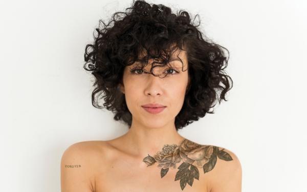 Cuanto Tarda En Cicatrizar Un Tatuaje En 2020 Peinados Glamour Mexico Peinados Con Rizos