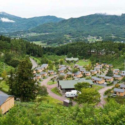 Osiedla budowane na potrzeby osób, których domy ucierpiały przez żywioły nie muszą wyglądać prowizorycznie i przygnębiająco. Ciekawym przykładem tego typu osiedla jest 60 domów tymczasowych dla Japończyków, którzy stracili wszystko w czasie trzęsienia ziemi zaprojektowane przez Azuhito Nakano / Sumita Housing Industry Corporation. http://www.sztuka-krajobrazu.pl/603/slajdy/urbanistyka-ndash-osiedle-tymczasowe
