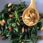 Ricetta Spinaci in padella con uvetta e pinoli | Donna Moderna