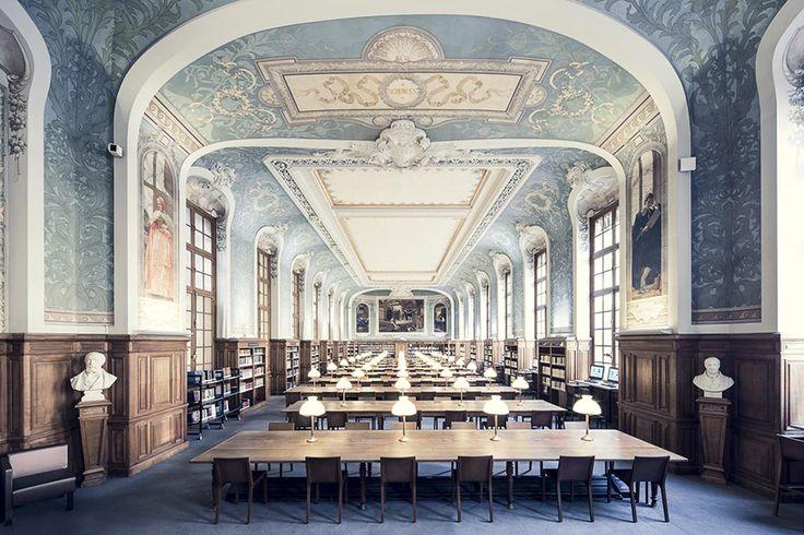 """Thibaud Poirier, Parisli bir fotoğraf sanatçısı. """"Libraries/Kütüphaneler"""" ismini verdiği son serisinde birbirinden etkileyici kütüphaneleri fotoğraflayan sanatçı, serisinin konseptini oluştururken İtalyan yazar Italo Calvino'nun """"Okumak yalnızlıktır"""" cümlesinden ilham almış.   #Fotoğraf #Proje #ThibaudPoirier #Sanat #Kütüphane #ItaloCalvino #Sanatçı"""