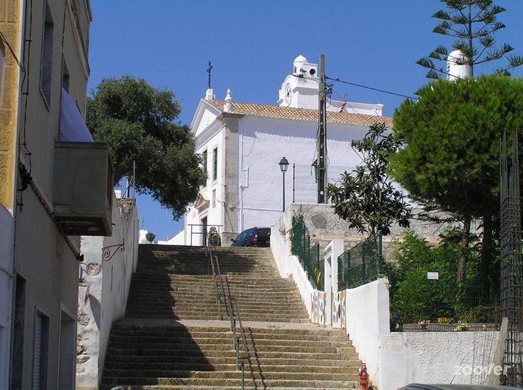 De kerk van Fuseta, gelegen op het hoogste punt van het dorp