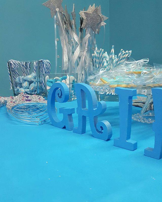 Bacchette magiche, coroncine da principessa e tanti dolcini per festeggiare il compleanno. Tema: Cenerentola  #party #girls #festa #happy #cake #sweet #dessert #chocolate #baby #candy #pretty #tables #cenerentola #sweettables #cake #cadeau #biscotti #candycane #confetti #magicwand #corona