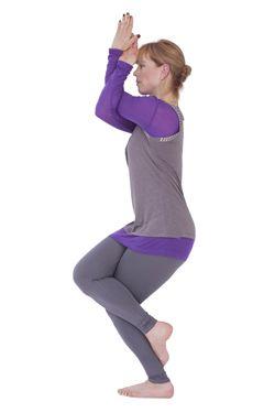 Adelaar (Garudasana) Helpt te focussen en beide hersenhelften in balans te brengen. Sta rechtop met je voeten naast elkaar. Strek je armen naar voren, buig je linkerarm en draai de rechterarm eromheen, de vingers wijzen naar boven. Je wijsvinger ligt tegen je voorhoofd en je kijkt langs je vinger naar een punt ergens vóór je. Draai dan je rechtervoet voorlangs om je linkerknie heen. Blijf zo een aantal ademhalingen staan. Wissel van arm en been.