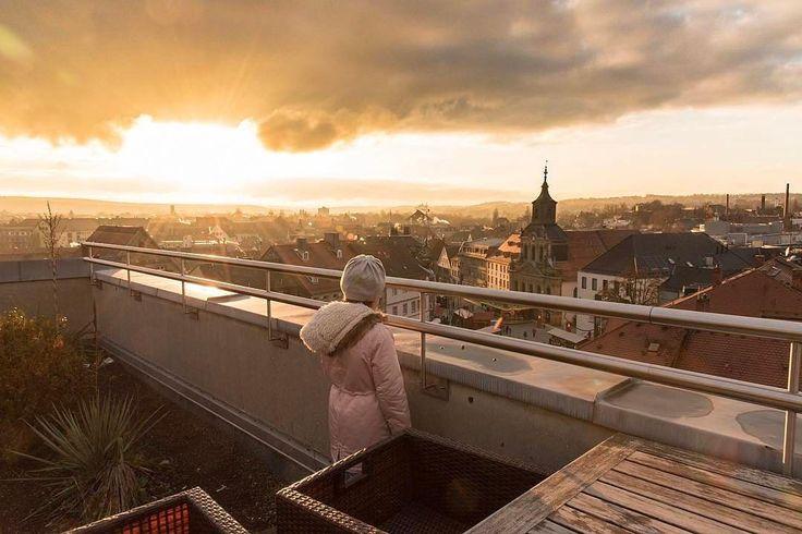 Auch Bayreuth hat seine Roof-top-Bar. Man erlebt Sonnenuntergänge und ist wirklich mitten in der Stadt. Trotzdem ein echter Geheimtipp.  #Bayreuth has a roof-top-bar as well. You can enjoy sunsets right in the center of the city. A real #insidertip.  Danke @markuslopin für das Bild. #bayreuthshopping #franken #franconia #instashopping #igersfranconia #beautiful_places #shopping #rooftopbar #sunset #church #tlpicks #citytrip #citybreak #igersbayreuth #throwbackthursday #clouds #germany…
