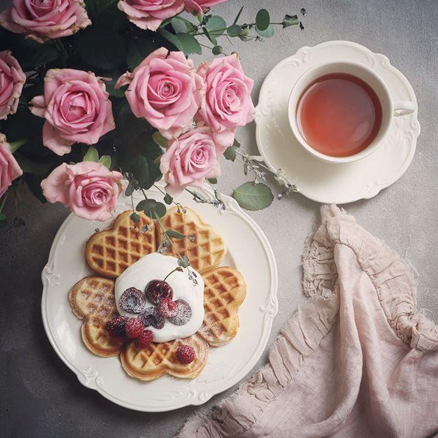Have a happy Friday🌿 . ハート型のワッフルを焼いてみました🌸と言っても生地はホットケーキミックスです🌿きれいな焼き色がつくのが嬉しいです🌸🌸 . . . #tea #teatime #tealovers #flowers #rose #roses #sweets #手作りスイーツ  #dsfloral #dspink #styleonmytable #teaandseasons #coffeeandseasons #vsco #vscocam  #flowerstagram #instaflower #instablooms #onthetable #vscoflowers #tv_stilllife  #花のある暮らし #紅茶 #紅茶のある暮らし