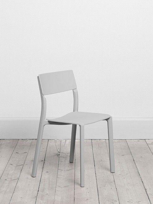 """""""L'idea fondante della nuova collezione di sedie Janinge è la democratizzazione del design, per creare un prodotto duraturo che soddisfi i bisogni degli spazi sia pubblici che domestici"""", ha dichiarato Ikea. Con questo articolo, creato dal design studio Form Us With Love, il colosso svedese vuole sfidare il dominio delle sedie  bianche di plastica nei bar, ristoranti, giardini e cinema all'aperto di tutto il mondo. Per adesso la sedia  è in vendita solo in Svezia, ma da febbraio..."""
