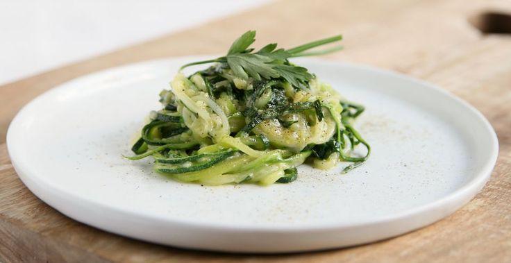 Dit heerlijke courgetti recept met kruidenboter en groene groenten is super gezond. Het zit boordevol vitaminen en mineralen en antioxidanten. Vegetarisch en glutenvrij.