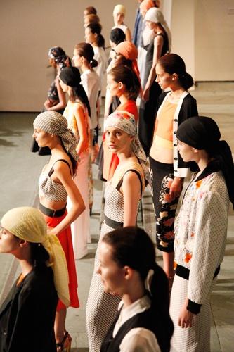 This is the new NYC designer you need to know... Photos by Erin Yamagata.Fashion Weeks, Nyc Design, Tanya Taylors, Fashion Design, Tanyataylor Vintageinspir, Fashion Inspiration, Taylors Spring, Erin Yamagata, Mod Tanyataylor