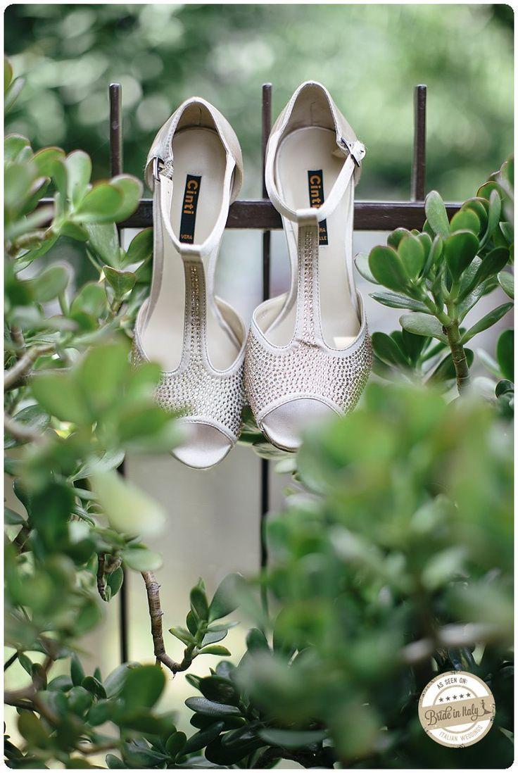 Bridal shoes by Cinti. Ph Studio Magenta http://www.brideinitaly.com/2013/11/studiomagenta-autobus.html #italianstyle
