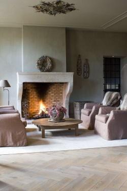 klassieke mantel om open haard en geweldige vloer, zie ook: http://dutchdesignflooring.nl/houten-vloeren/visgraat-vloeren-exclusive/
