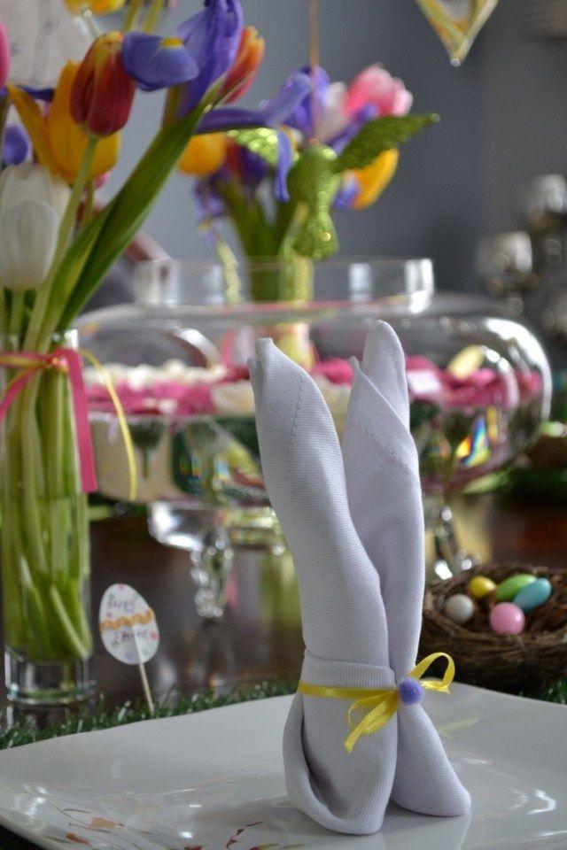 osterdeko tisch serviette hase falten gelbe schleife pompom