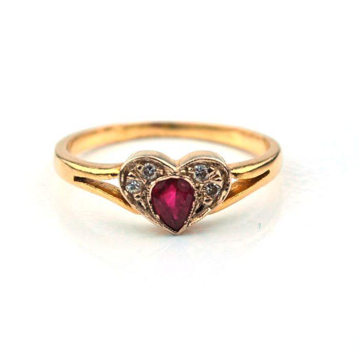 18K/750 geel gouden Ring Heart Shaped Ruby & Diamond 008 ct - grootte 51 (opnieuw omvangrijke)  Wij hebben het genoegen van bezorgt u deze mooie hartvormige diamant & Ruby Yellow Gold RingSpecificaties zijn als volgt:Deze ring bestaat uit 4 ronde geslepen diamanten met een totaal karaatgewicht van ca. 008 ct kleur ik en duidelijkheid SIRuby 4 x 3 mm(Edelstenen worden soms behandeld om kleur en helderheid te verhogen. We hebben niet onderzocht meer details van dit item.)Deze ring weegt…