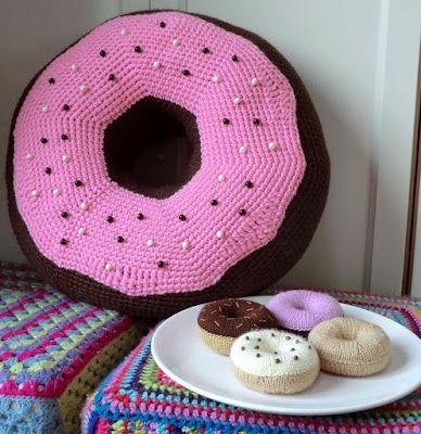 crocheted donut pillow pattern (Spanish).