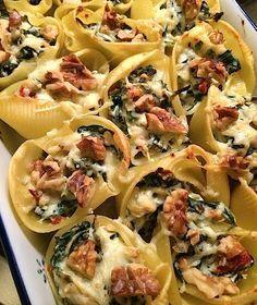 Grote pastaschelpen, spinazie, ricotta, walnoten, geraspte kaas, basilicum