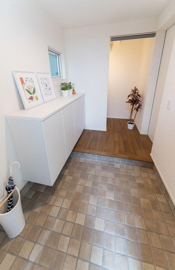 新涯町モデルハウス『Cafe style』 玄関&階段下収納。 タイル張りの玄関はかわいらしい雰囲気。 家族の靴を十分にしまえるシューズBOX。階段下収納には、ベビーカーなど外出時の出し入れに便利。   #玄関 #階段下収納 #収納 #広々とした空間 #白い壁 #スッキリ #シンプル #インテリア  #新築 #モデルハウス #マイホーム #ナチュラルハウス #カフェスタイル #cafe style #福山 #新涯町 #工務店 #家づくり #家 #家族 #施工事例 #住宅  #注文住宅 #自然素材 #住まい #お家