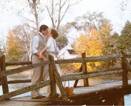 Jonathan Crombie & Megan Follows  El año escolar terminó y Anne volvió a Green Gables para vacaciones. Pasó hermosa dos meses, con su amor, Gilbert .