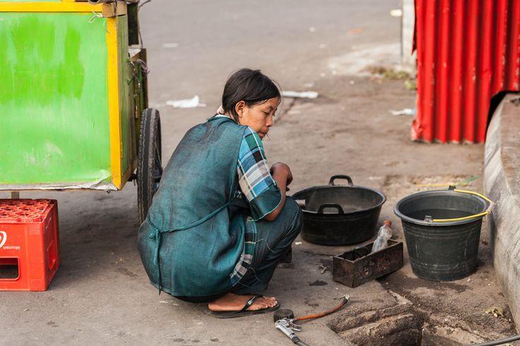 Tukang Tambal Ban Perempuan | DiTrotoar, Street Photography