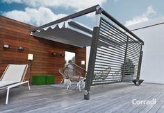 Aménagement terrasse avec auvent rétractable et brise-vue par Corradi