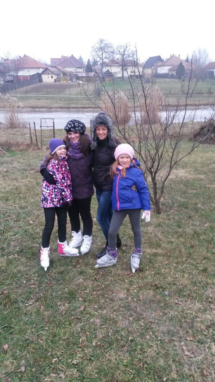 téli korizás a családal anya a két unoka testvérem és ugye én:D jóvolt:D