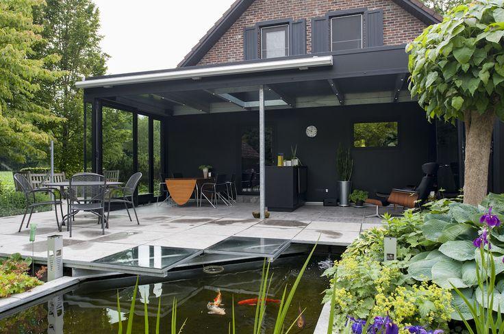 Moderne veranda met zicht op de vijver.