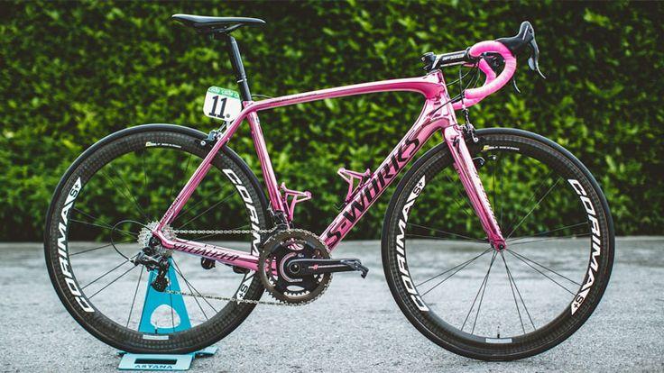 Specialized zorgde voor een opvallende roze fiets voor Girowinnaar Vincenzo Nibali. De metallic kleur doet de S-Works Tarmac stralen, maar ook andere onderdelen vallen nog op, zoals de FSA-zadelpen die we nog nergens anders zagen.